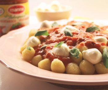 Gnocci met vegetarische bolognaisesaus Manna, mozzarella en basilicum