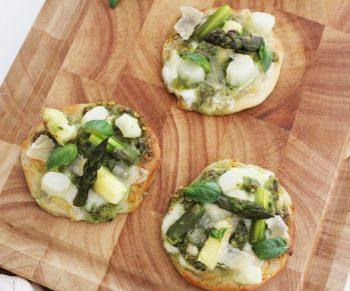 Mini-pizza's met pesto en asperges