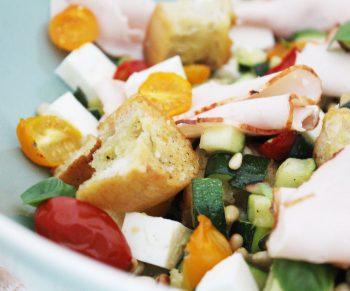 Lauwe salade met courgette en tomaatjes, ciabatta en traaggegaarde kipfilet van Aoste Would Be Chef Sven Ornelis10