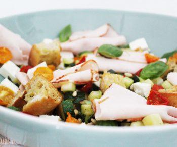 Lauwe salade met courgette en tomaatjes, ciabatta en traaggegaarde kipfilet van Aoste Would Be Chef Sven Ornelis2