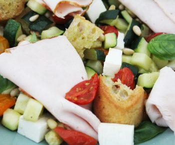 Lauwe salade met courgette en tomaatjes, ciabatta en traaggegaarde kipfilet van Aoste Would Be Chef Sven Ornelis6