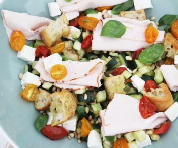 Lauwe salade met courgette en tomaatjes, ciabatta en traaggegaarde kipfilet van Aoste Would Be Chef Sven Ornelis9